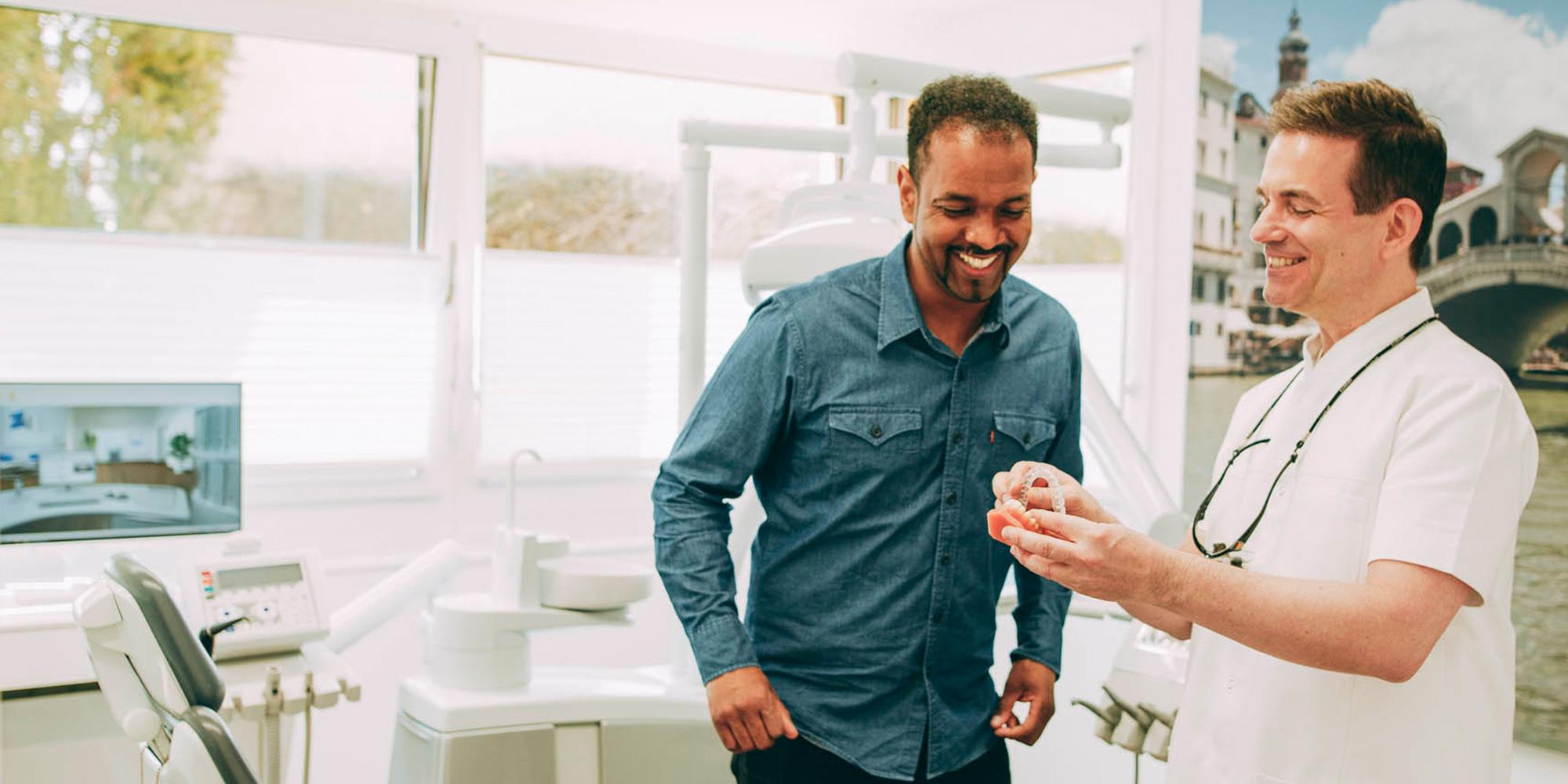 Mit der unsichtbaren Zahnschiene für Erwachsene sind Zahnkorrekturen unauffällig möglich.