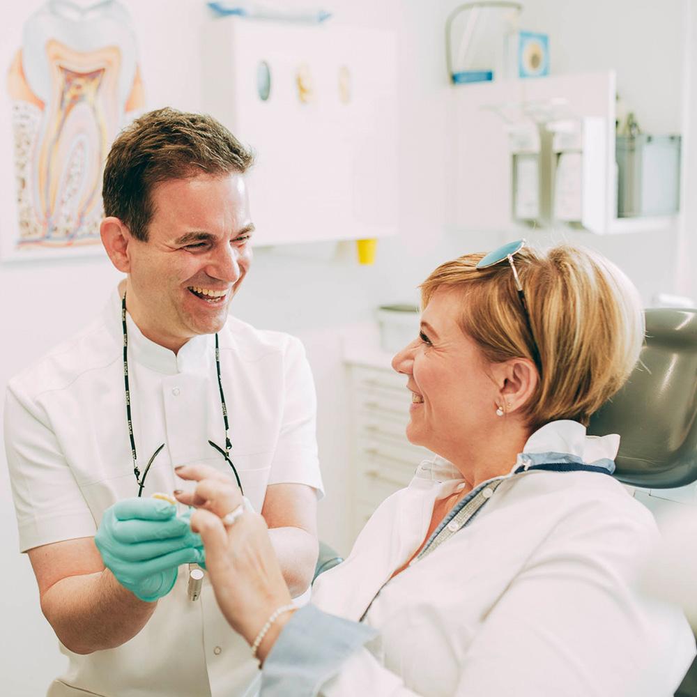 Dr. Markus Traub ist Familienzahnarzt in Laupheim und behandelt Eltern und Kinder.