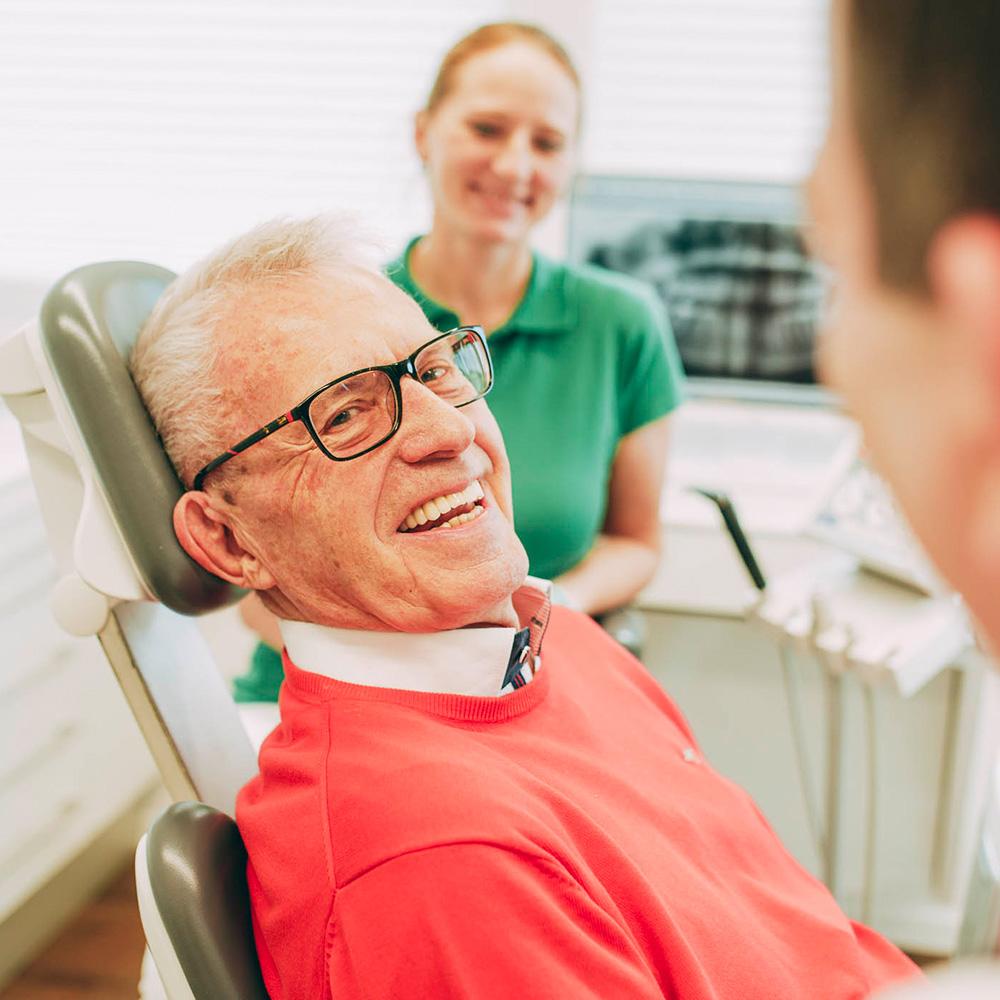 Auch für Senioren bietet der Familienzahnarzt in Laupheim passende Behandlungskonzepte.
