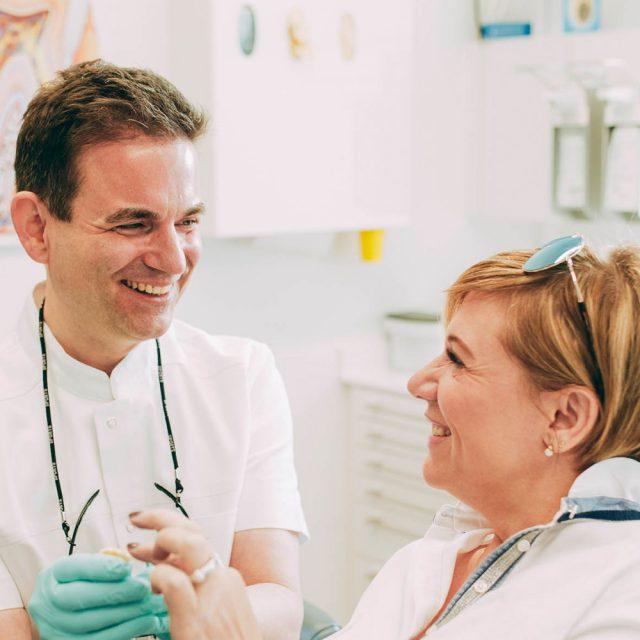 Zahnfüllungen sind dank der Füllungstherapie in Laupheim quasi nicht zu sehen.
