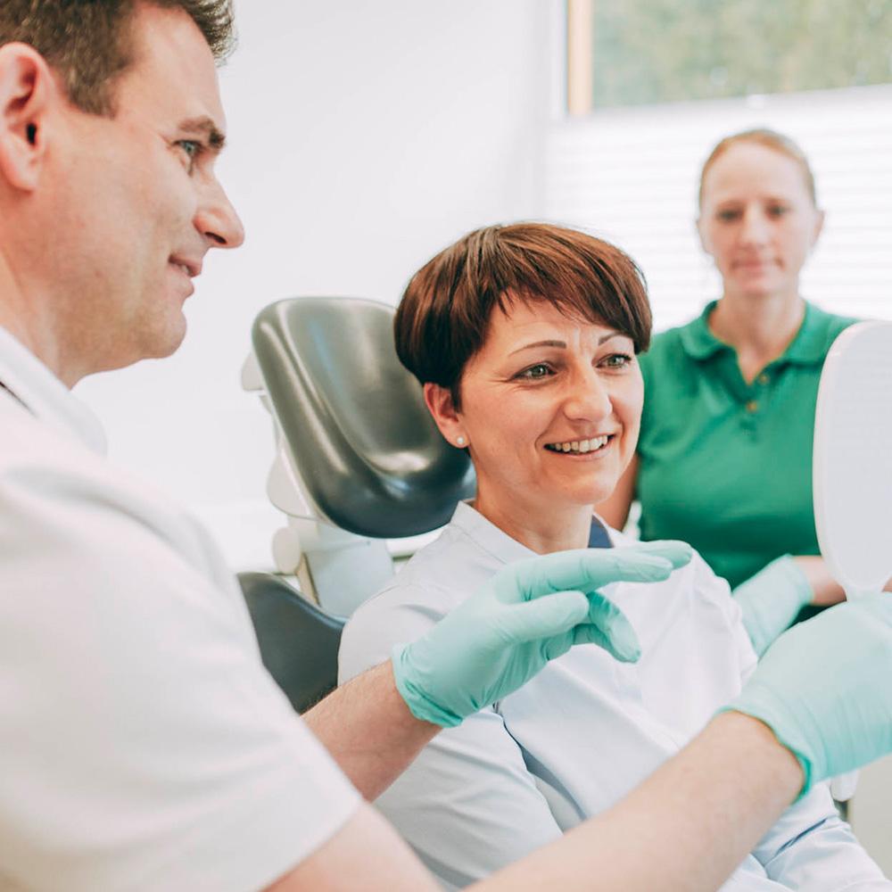 Zahnarzt erklärt Vorteile von Keramikzähnen aus Laupheim.
