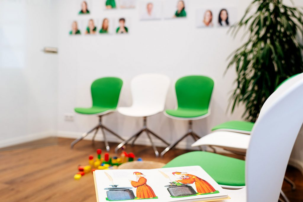Im Wartezimmer beim Zahnarzt Laupheim ist Platz für Familien.