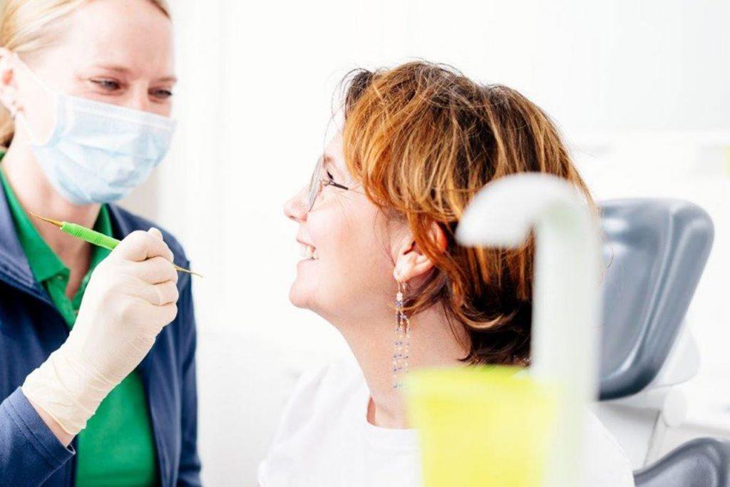 Patientin fühlt sich gut beraten beim Zahnarzt Laupheim.