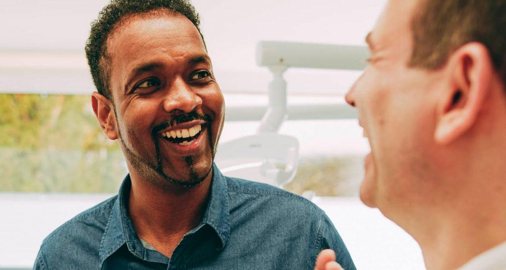Zahnarzt Laupheim Dr. Markus Traub berät Patienten zur Professionellen Zahnreinigung.