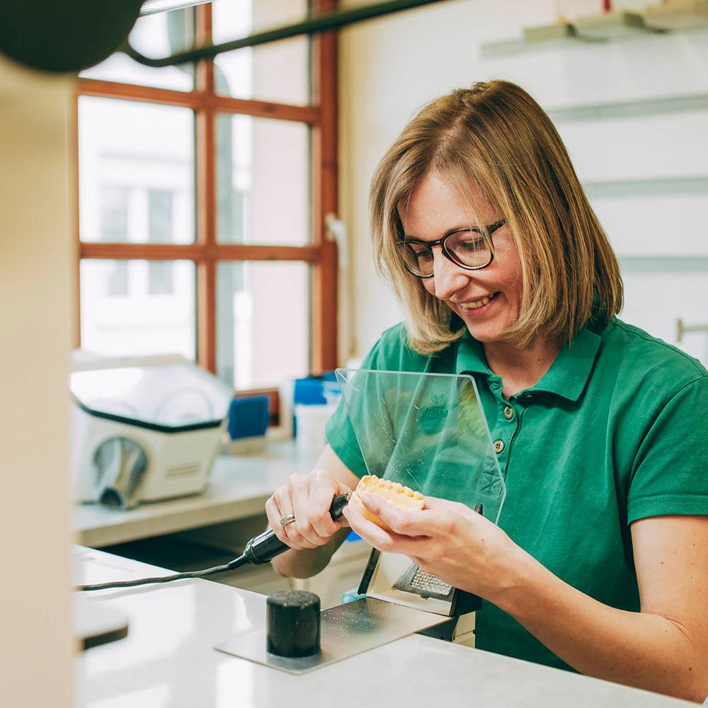 Prothesen aus Laupheim entstehen im praxiseigenen Labor.