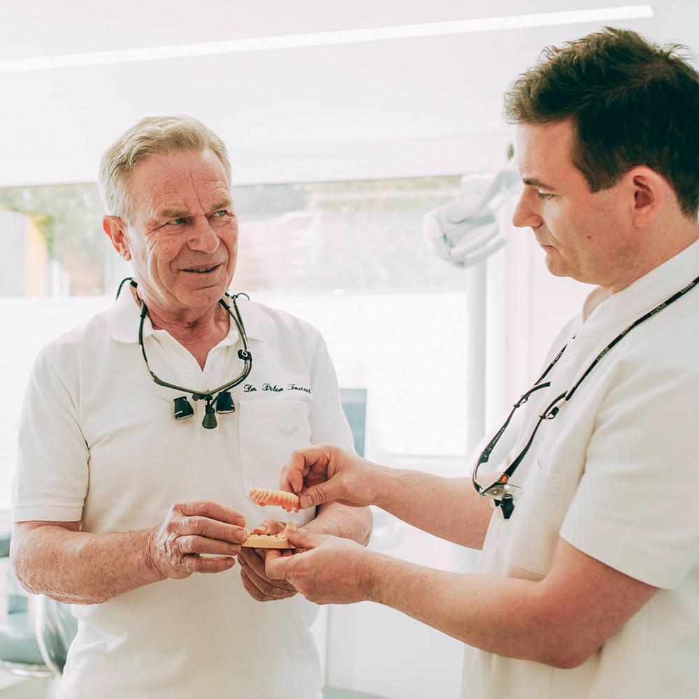 Zahnärzte beraten sich über beste Lösung mit Prothesen aus Laupheim.