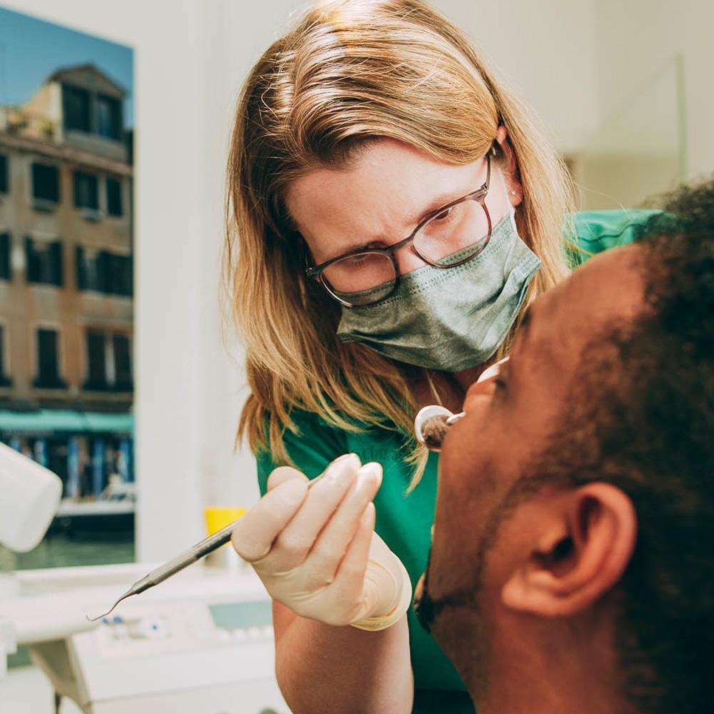 Bei der Professionellen Zahnreinigung in Laupheim werden harte und weiche Beläge entfernt.