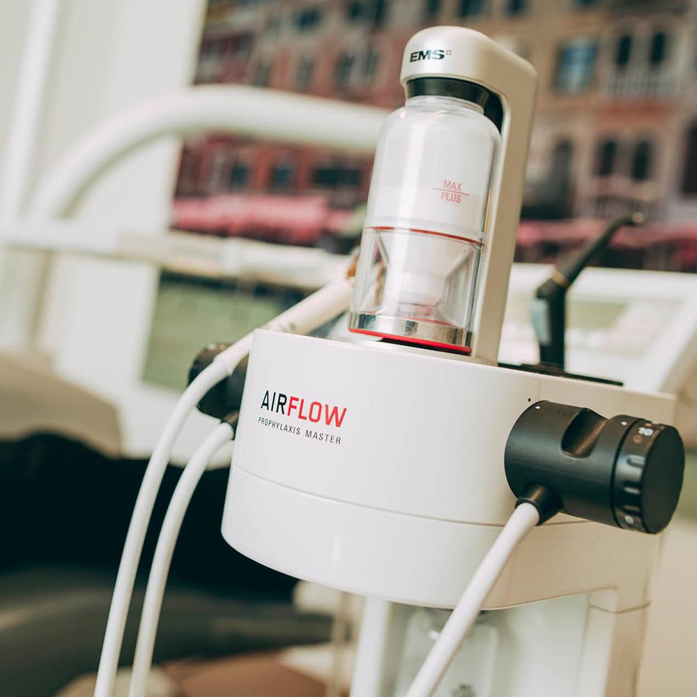 Mit dem Airflow ist die Zahnreinigung in Laupheim angenehm und effektiv.